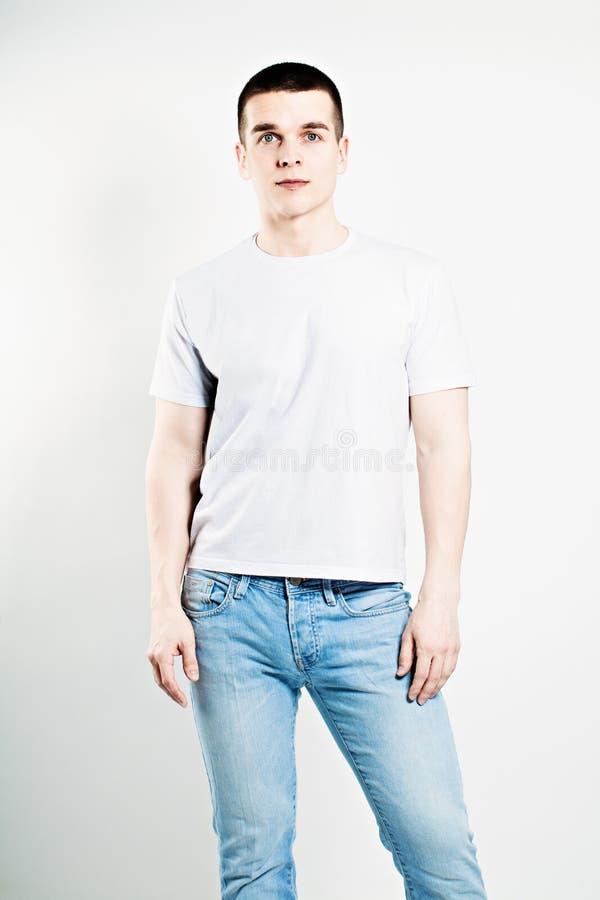 Camiseta que lleva del modelo de moda del muchacho foto de archivo