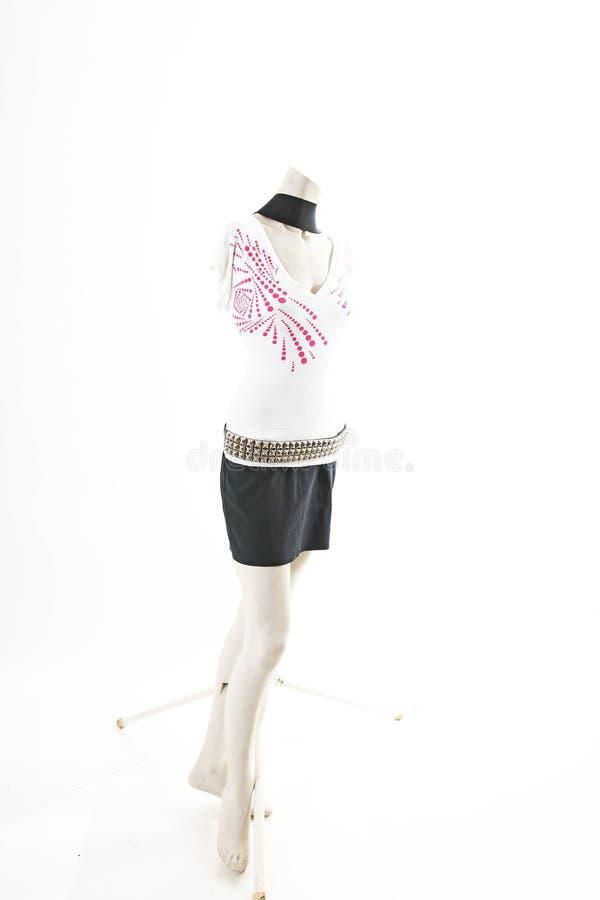 Camiseta top blanco con la mini falda negra en la exhibición completa del body shop del maniquí Estilos de la moda de la mujer, r fotografía de archivo libre de regalías