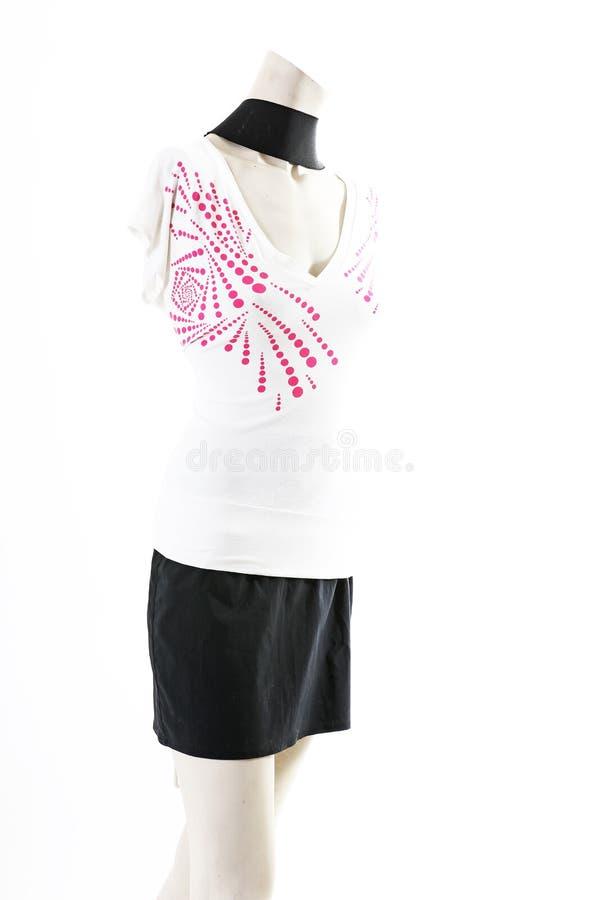 Camiseta top blanco con la mini falda negra en la exhibición completa del body shop del maniquí Estilos de la moda de la mujer, r imagen de archivo