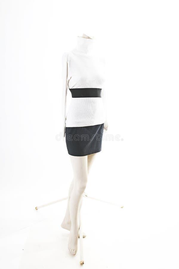 Camiseta top blanco con la mini falda negra en la exhibición completa del body shop del maniquí Estilos de la moda de la mujer, r foto de archivo libre de regalías