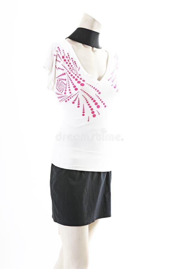 Camiseta top blanco con la mini falda negra en la exhibición completa del body shop del maniquí Estilos de la moda de la mujer, r imágenes de archivo libres de regalías