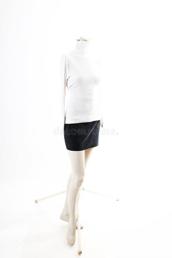 Camiseta top blanco con la mini falda negra en la exhibición completa del body shop del maniquí Estilos de la moda de la mujer, r fotos de archivo libres de regalías