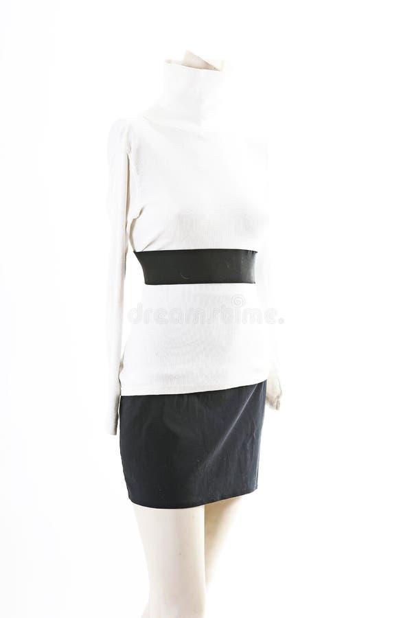 Camiseta top blanco con la mini falda negra en la exhibición completa del body shop del maniquí Estilos de la moda de la mujer, r imagenes de archivo