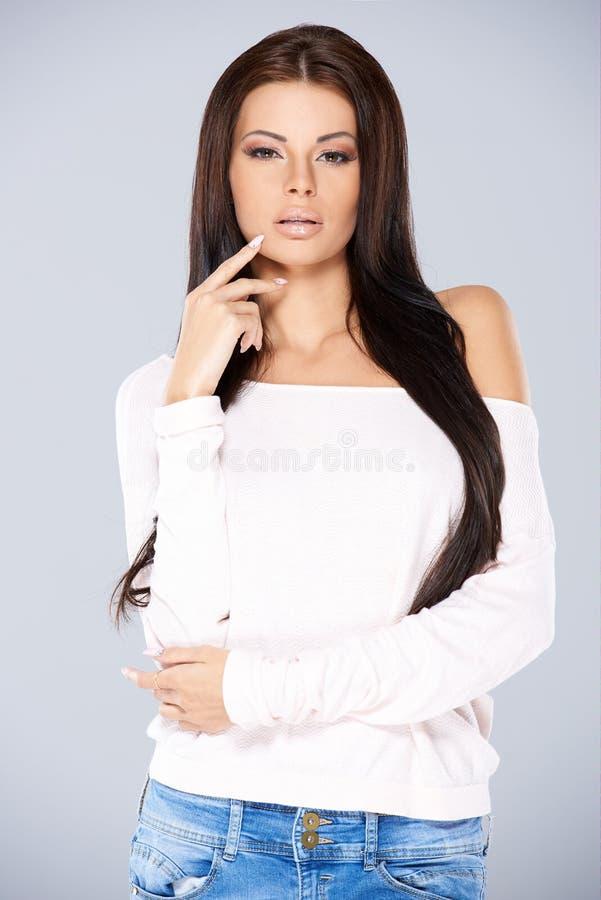 Camiseta vestindo e calças de brim da menina ocasional nova foto de stock royalty free