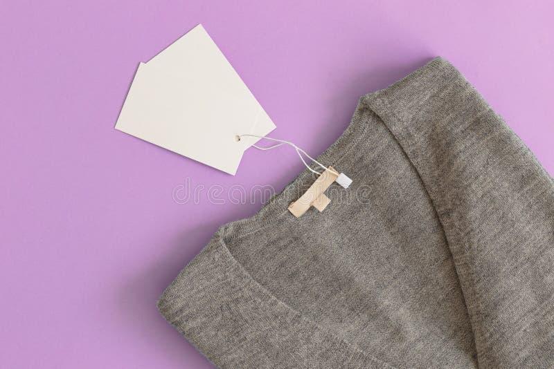 Camiseta violeta fêmea na opinião superior do fundo azul A roupa da forma ajustou a ligação em ponte acolhedor na moda Olhar f?me fotos de stock