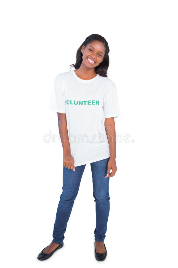 Camiseta voluntaria que lleva feliz de la mujer joven fotografía de archivo