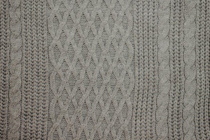 Camisetas de lã feitas malha dobradas, pilha de livros velhos em uma cobertura bege macia acolhedor imagens de stock