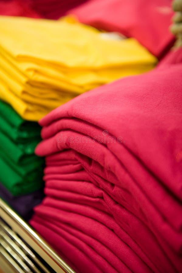 Camisetas empiladas foto de archivo