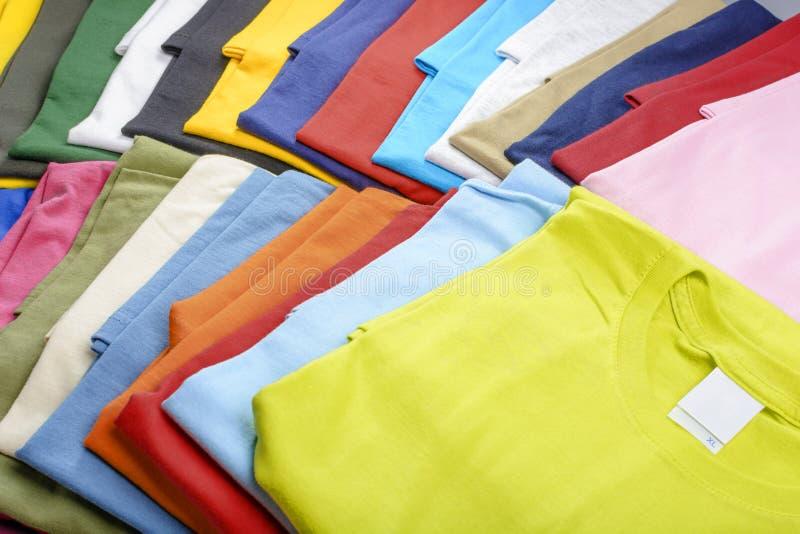 Camisetas multicoloras fotos de archivo