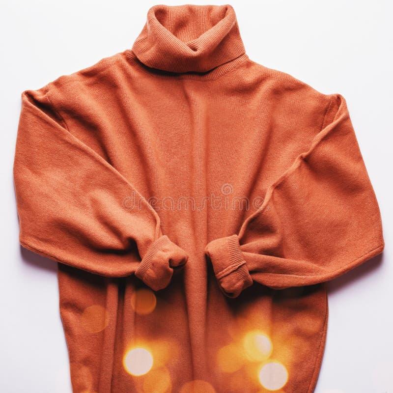 Camisola ou vestido de mulher em coloração de caramelo, vista de cima Fundo de moda do outono imagem de stock