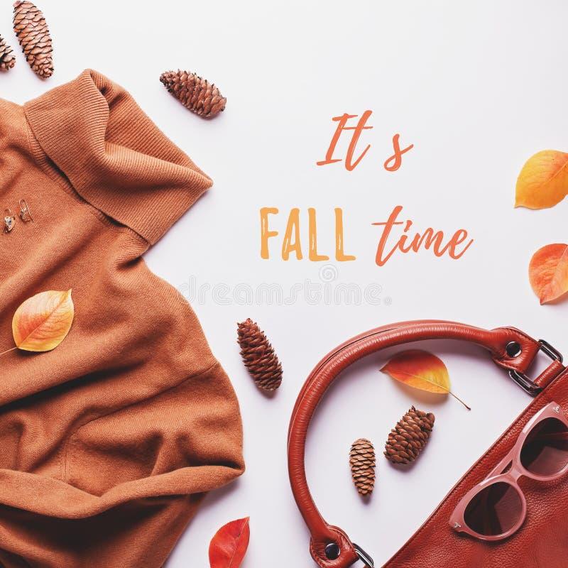 Camisola ou vestuário para mulheres com saco de couro, joias, acessórios de moda e folhas de outono A citação do tempo de queda imagem de stock