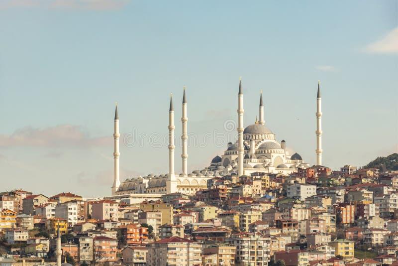 Camlica清真寺和现代大厦在伊斯坦布尔 免版税库存照片