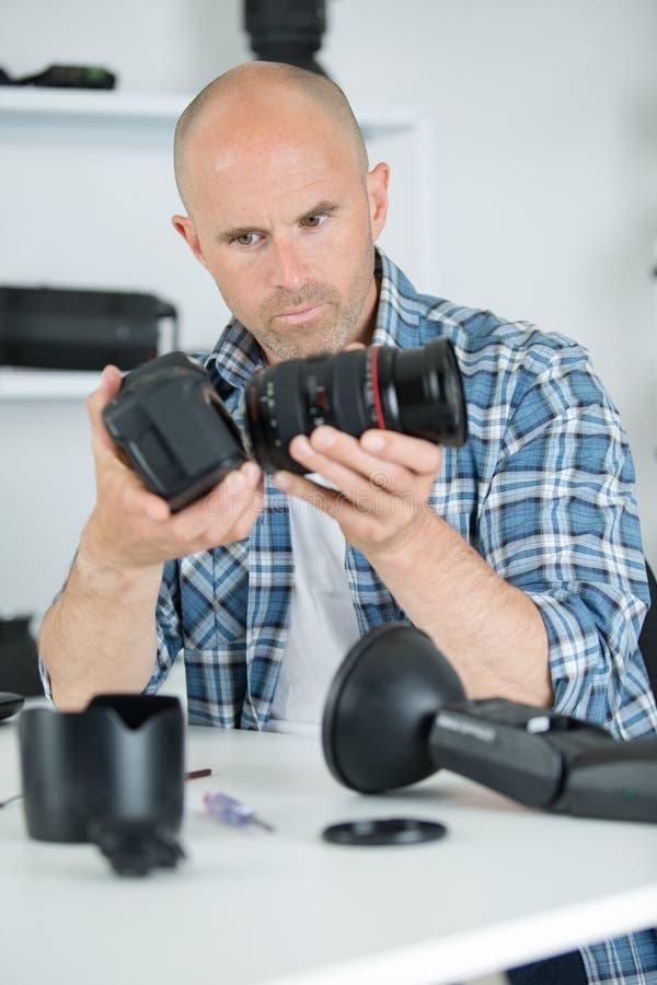 Camma di montaggio del tecnico maschio della macchina fotografica immagini stock libere da diritti