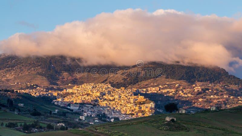 Cammarata, Sicile, Italie sous la nébulosité photos libres de droits