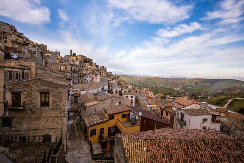 Cammarata, Sicile, Italie sur le flanc de coteau photos stock