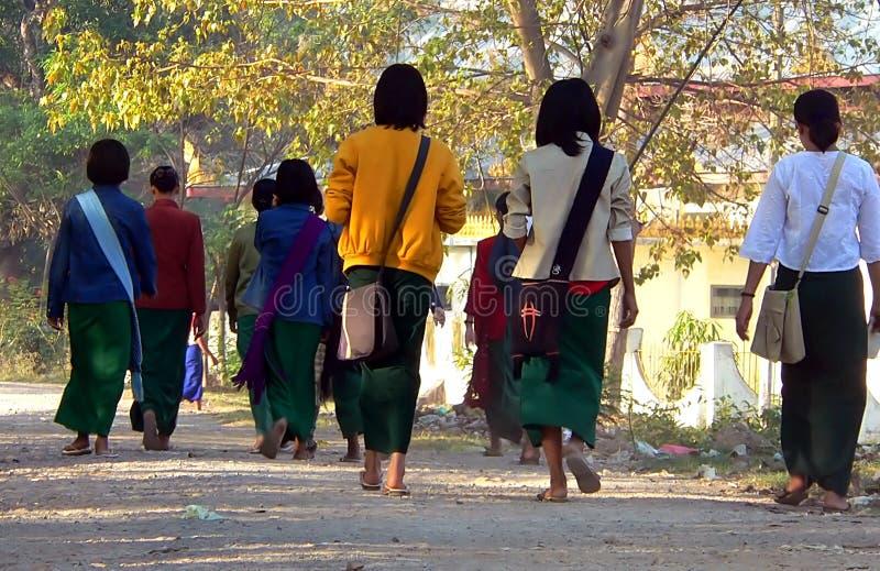 Camminando al banco. immagine stock