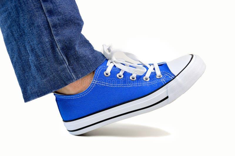 Camminando con le mie scarpe da tennis fotografia stock