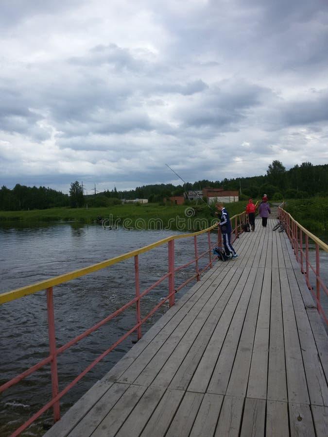 Camminando dal ponte fotografia stock