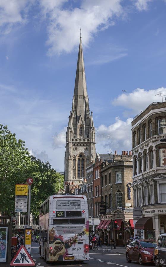 Camminando intorno a Londra, all'Inghilterra - vie e costruzioni della città; Via della chiesa di Kensington fotografia stock