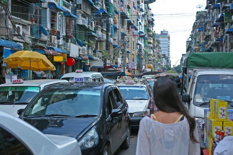 Camminando le vie di Rangoon del centro, la Birmania fotografia stock