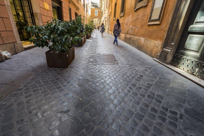 Camminando le vie ed i vicoli antichi di Roma fotografia stock libera da diritti