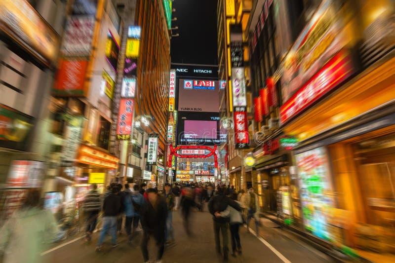 Camminando lungo Kabukicho a Tokyo immagine stock libera da diritti