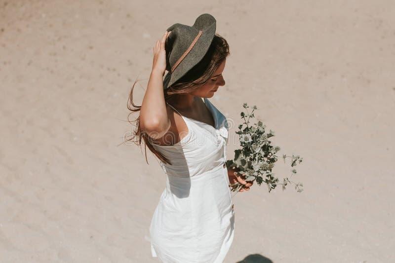 Camminando lungo la spiaggia che seleziona le piante selvatiche fotografia stock libera da diritti
