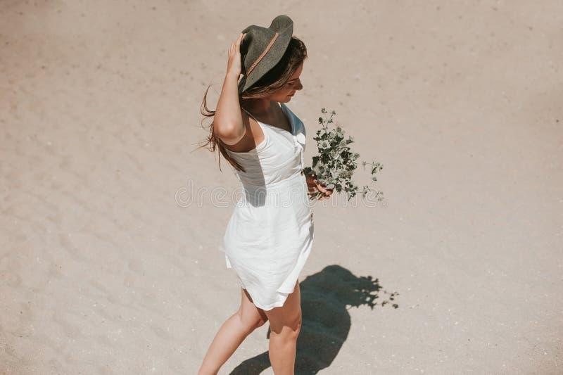 Camminando lungo la spiaggia che seleziona le piante selvatiche fotografie stock libere da diritti