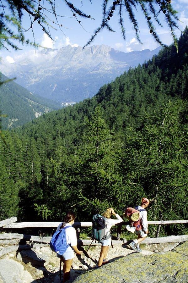 Camminando in montagne fotografie stock