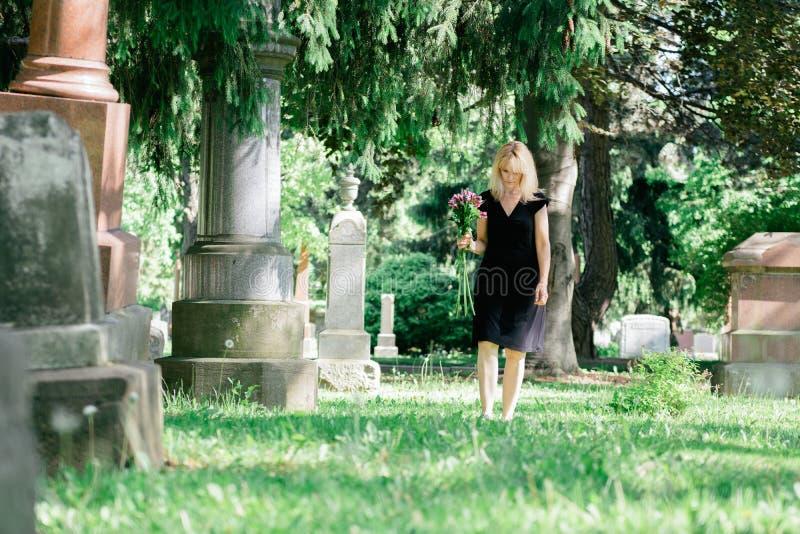 Camminando nel cimitero immagine stock