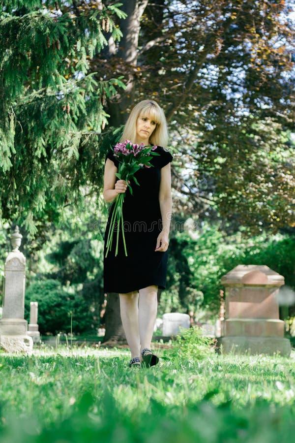 Camminando nel cimitero immagini stock libere da diritti