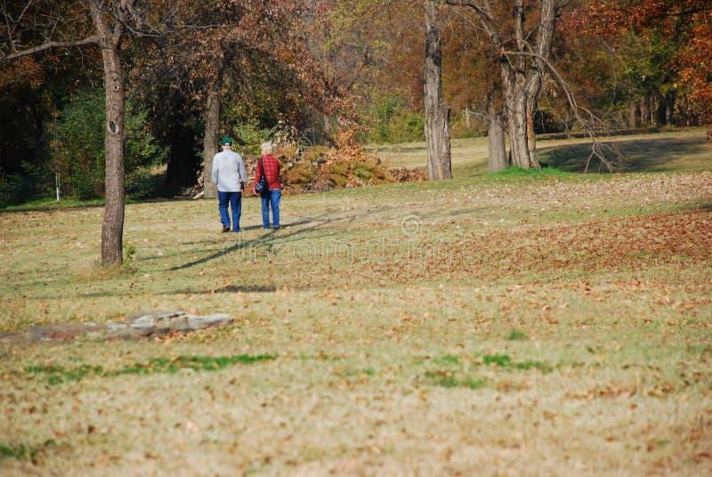 Camminando nel parco immagine stock