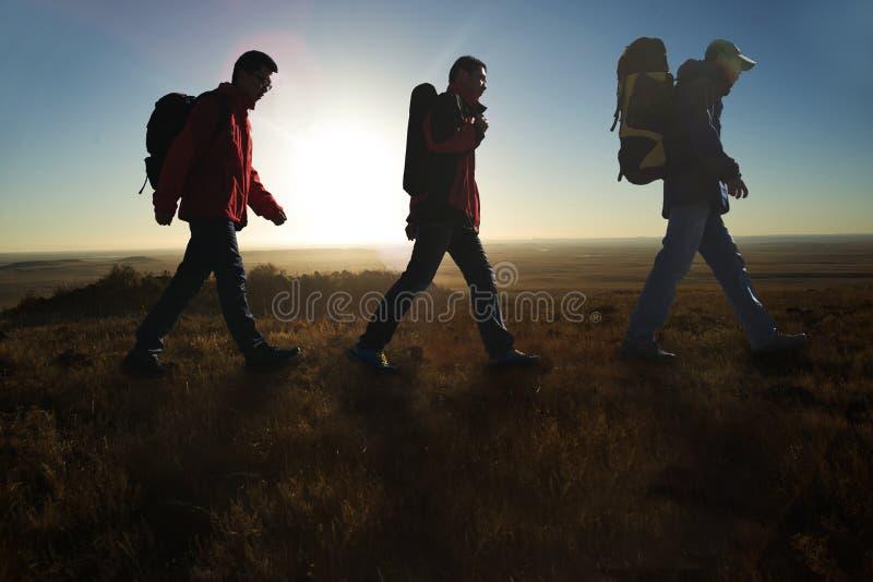 Camminando nelle viandanti del sunglow fotografia stock