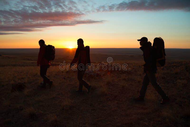 Camminando nelle viandanti del sunglow immagine stock libera da diritti