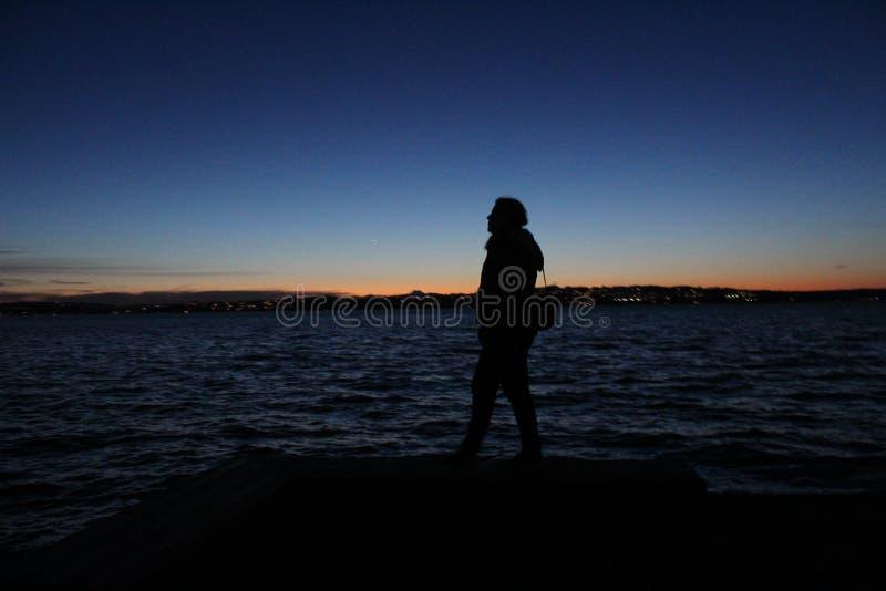 Camminando nello scuro fotografia stock