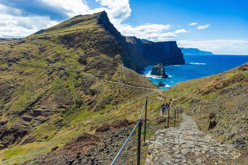 Camminando su un percorso di trekking a Ponta de Sao Lourenco, Madera immagini stock