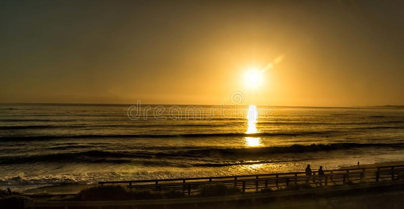 Camminando su una spiaggia al tramonto fotografia stock libera da diritti