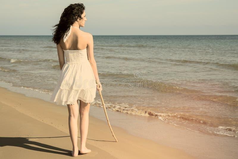 Camminando sul filtro caldo dalla spiaggia applicato immagine stock