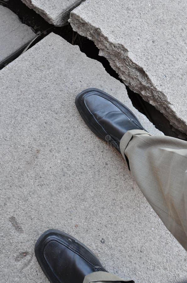 Camminando sul marciapiede pericoloso rotto immagine stock libera da diritti