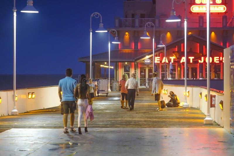 Camminando sul pilastro di Daytona Beach - DAYTONA, FLORIDA - 15 aprile 2016 immagine stock libera da diritti