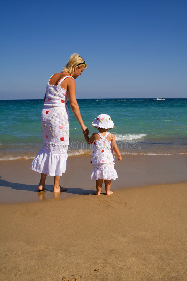 Camminando sulla spiaggia di estate fotografia stock libera da diritti