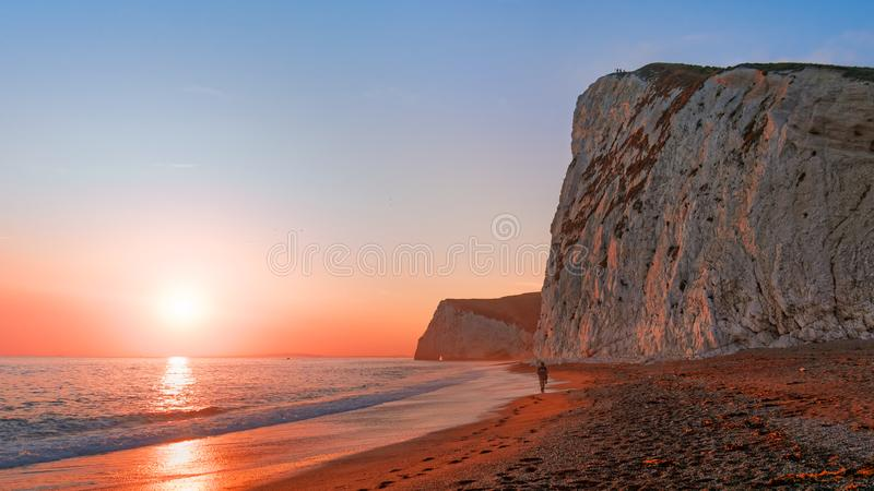 Camminando sulla spiaggia in Dorset fotografie stock libere da diritti
