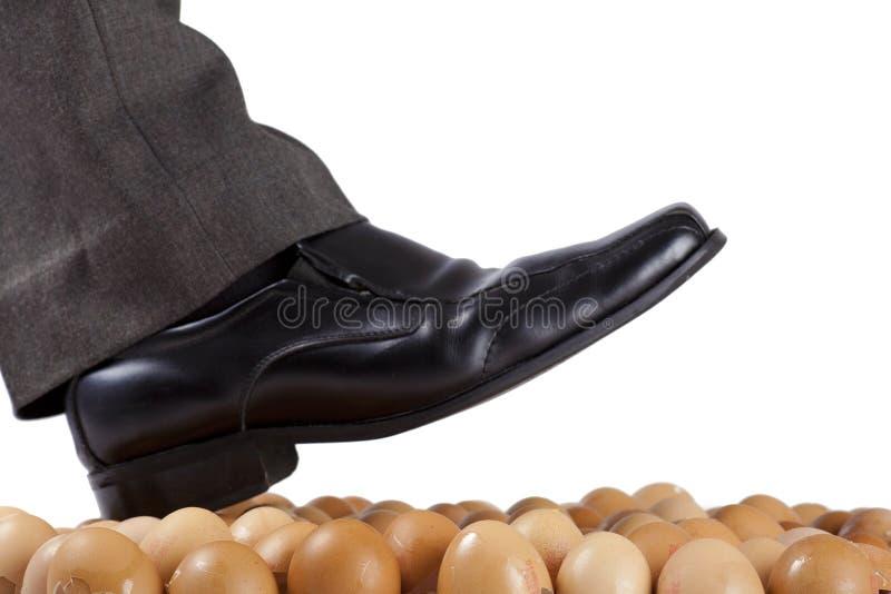 Camminando sulle coperture dell'uovo. fotografie stock
