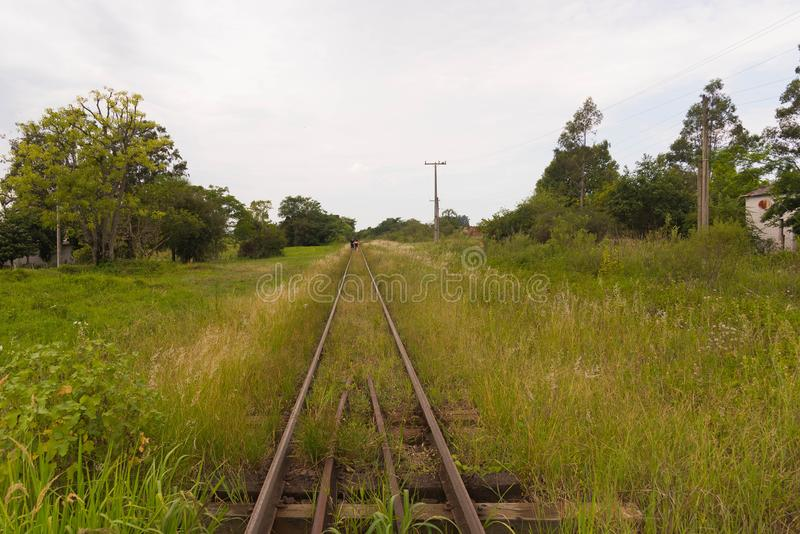 Camminando sulle piste del treno jpg fotografie stock