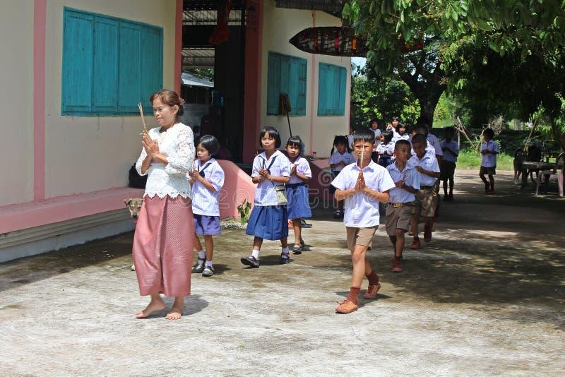 Camminano insieme arrotondano la chiesa buddista immagine stock libera da diritti