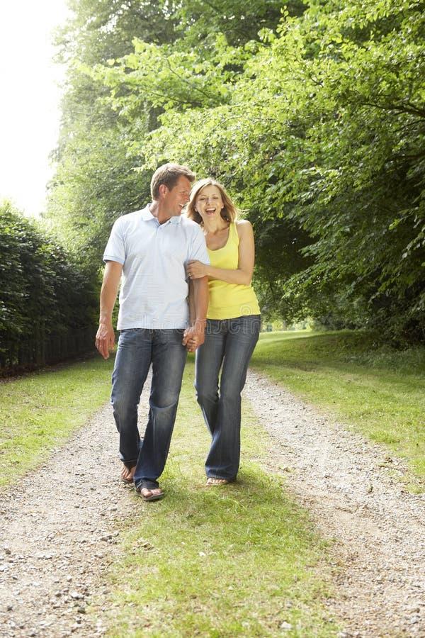 camminare centrale invecchiato delle coppie della campagna immagini stock libere da diritti
