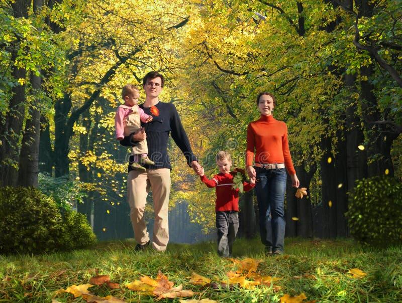 camminare d'autunno della sosta della famiglia dei bambini fotografia stock libera da diritti