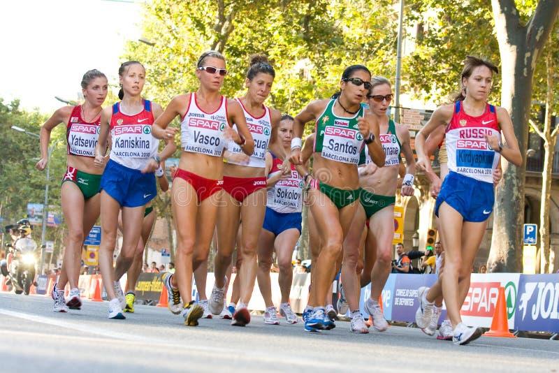 Camminare degli atleti delle donne immagine stock
