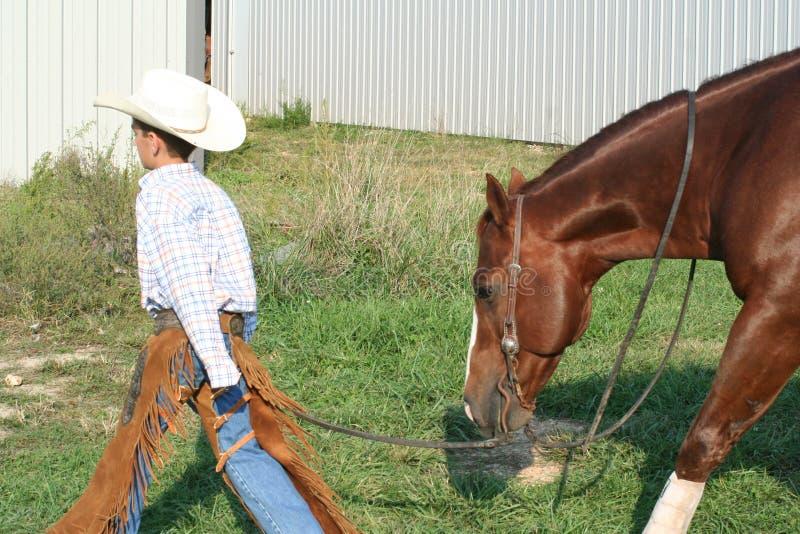 camminare del cavallo del cowboy fotografie stock libere da diritti