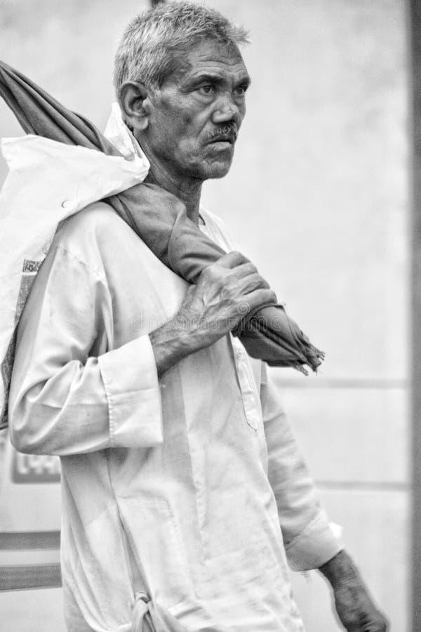 Camminare dell'uomo anziano fotografia stock
